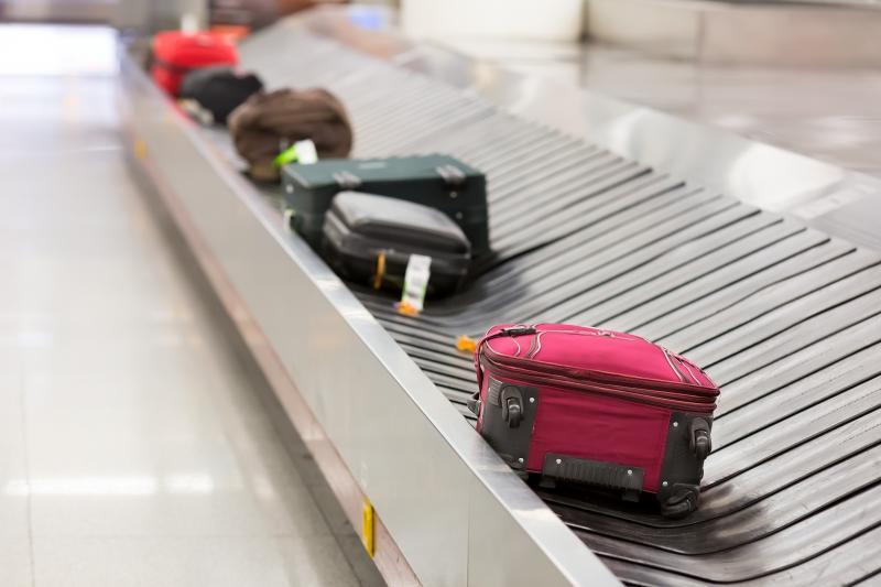 항공기가 목적지에 도착한 뒤 화물칸으로 부친 짐이 나오고 있다. [사진 구글]