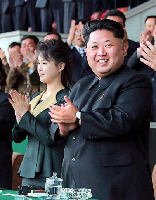 사진 속 김정일 북한 노동당 위원장의 손목시계는 2억원을 호가하는 스위스 명품 브랜드로 보인다는 관측이 나왔다. [사진 노동신문]