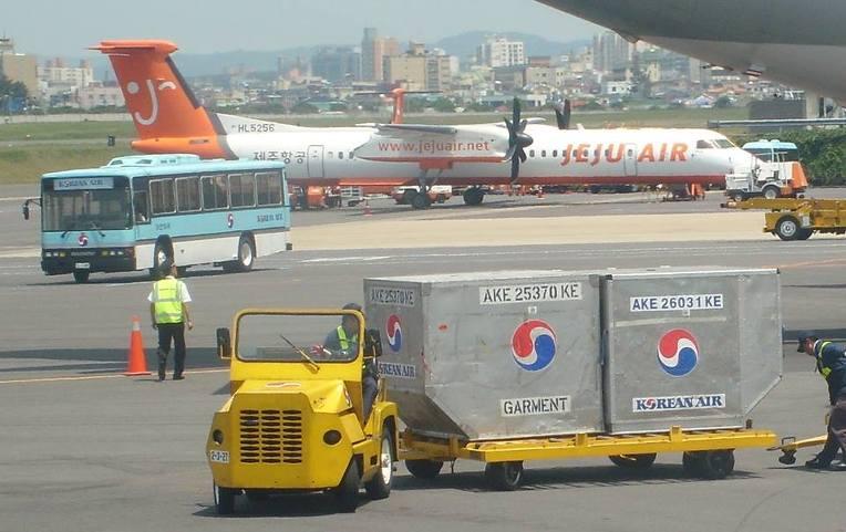 항공사들은 좌석 등급과 멤버십 종류 별로 컨테이너를 구분해서 싣는다. [사진 대한항공]