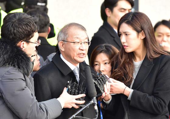 양승태 전 대법원장이 11일 검찰 출두에 앞서 서울 서초동 대법원 앞에서 발언하고 있다. 오종택 기자