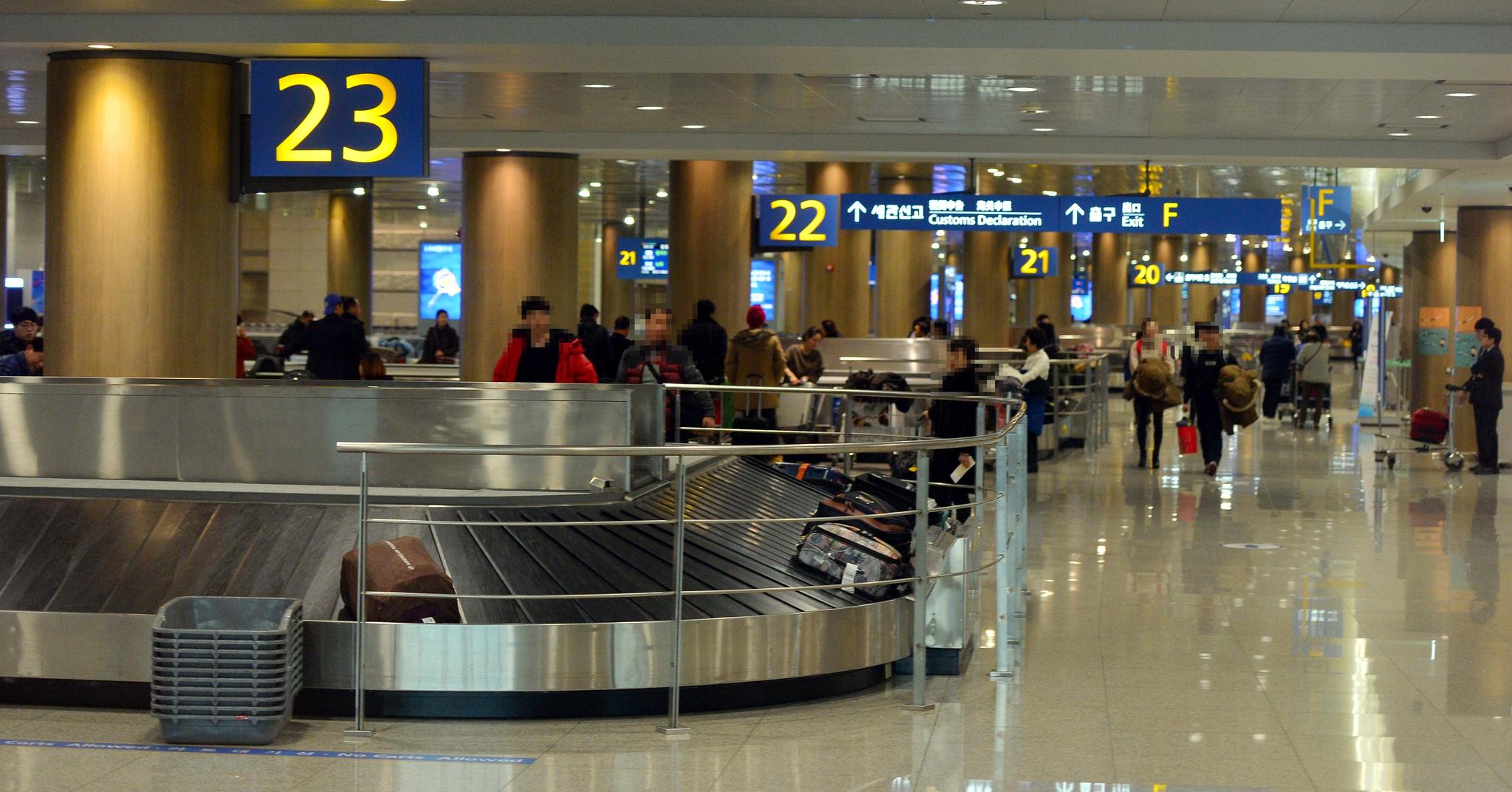 인천공항의 수하물 수취대 앞에서 여행객들이 짐을 기다리고 있다. [중앙포토]