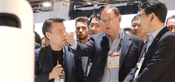 LG전자 대표이사 CEO 조성진 부회장(오른쪽 둘째)이 8일(현지시간) 미국 라스베이거스에서 열린 소비자가전전시회(CES)에서 LG 클로이 로봇 제품들을 살펴보고 있다. [사진 LG전자]