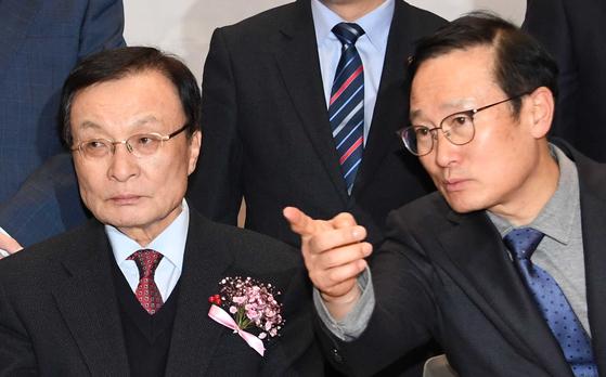 9일 국회 의원회관에서 '참좋은지방정부위원회' 출범식이 열렸다. 이해찬 대표(왼쪽)와 홍영표 원내대표가 이야기하고 있다. 오종택 기자