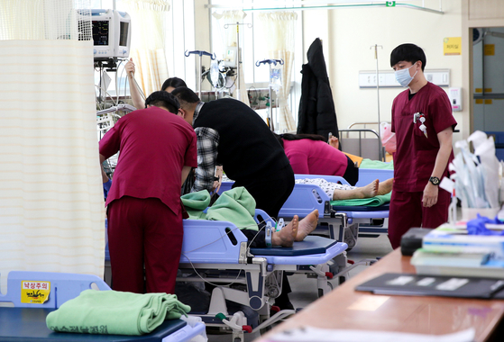 11일 경남 통영 욕지도 해상에서 전복된 낚시어선에서 구조된 사람들이 전남 여수 전남병원 응급실에서 치료를 받고 있다.  여수-프리랜서 장정필