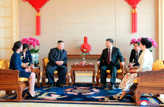 김정은 북한 국무위원장 부부와 시진핑 중국 국가주석 부부가 지난 9일(현지시간) 베이징의 북경반점에서 오찬 전 환담하고 있다. 왼쪽부터 이설주 여사, 김 위원장, 시 주석, 펑리위안 여사. [AP=연합뉴스]