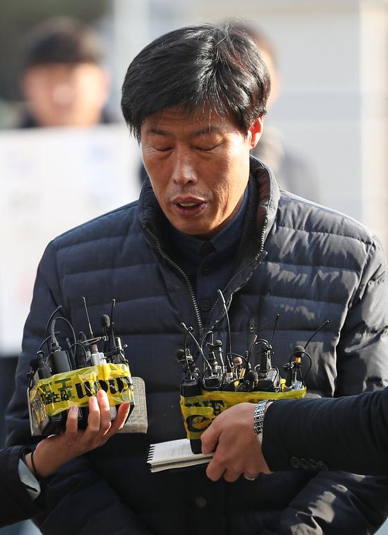 경북 예천군의회 박종철 의원이 11일 오후 경찰 조사를 받기 위해 예천경찰서로 출석하며 기자들의 질문을 받고 있다. 박 의원은 외국 연수 도중 가이드를 폭행해 고발당했다. [연합뉴스]