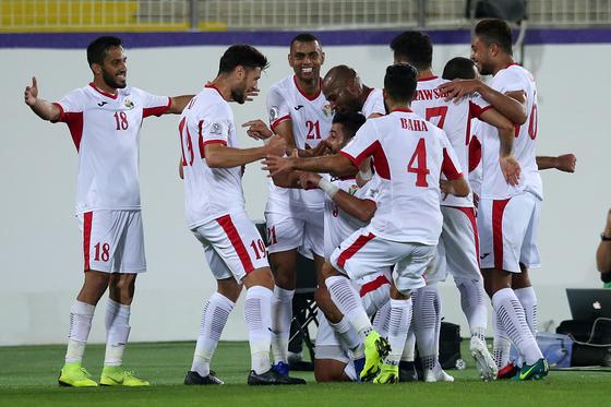 요르단 축구대표팀 선수들이 11일 열린 아시안컵 B조 조별리그 2차전에서 시리아를 상대로 골을 넣고 기뻐하고 있다. [EPA=연합뉴스]