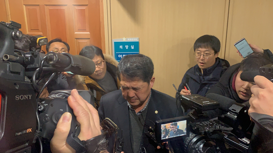 11일 오전 경북 예천군 예천읍 예천군의회 이형식 의장이 기자들의 질문을 받자 인상을 찌푸리고 있다. 예천=김정석기자