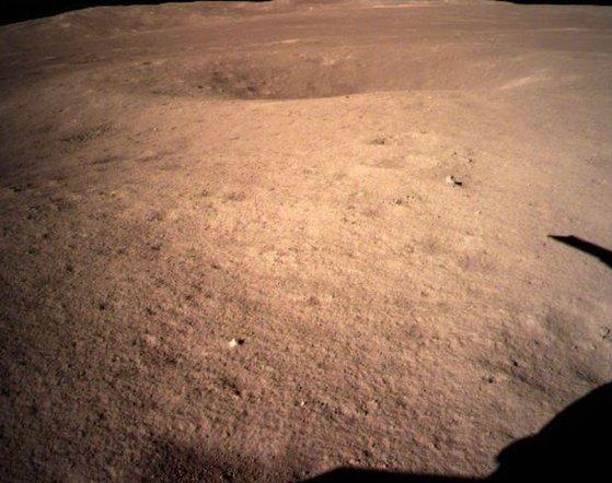 중국 달 탐사선 '창어(嫦娥) 4호'가 3일 인류 최초로 달 뒷면에 착륙했다. 중국 관영 신화통신은 공식 웨이보에 창어4호가 촬영한 달 표면 모습을 공개했다. [신화=연합뉴스]
