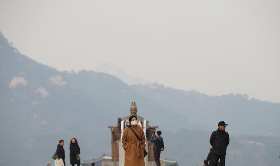 11일 오후 서울 광화문광장을 지나는 시민들이 마스크를 쓴 채 발걸음을 옮기고 있다. [뉴스1]