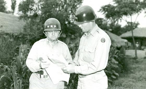 월튼 워커 미 8군 사령관(좌)은 어려웠던 낙동강 방어선을 뚝심 있게 지켜낸 인물이다. 그러나 중공군 개입 이후부터 예상외로 위축된 모습을 보였고 평양을 쉽게 포기하는 아쉬운 결정을 했다. [wikimedia.org]
