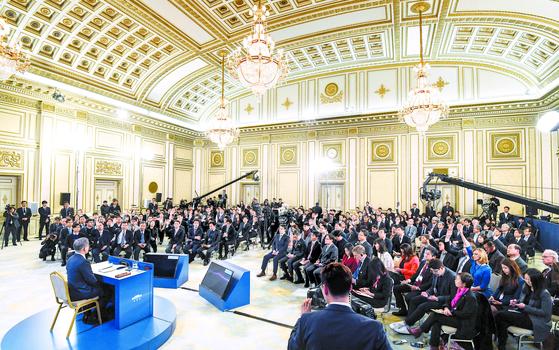 문재인 대통령의 신년 기자회견이 10일 오전 청와대 영빈관에서 열렸다. 이날 참석한 내외신 기자 200여 명은 자유롭게 손을 들어 질문했다. [청와대사진기자단]