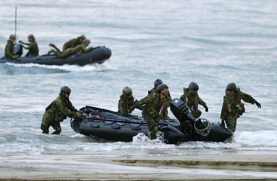 일본 육상자위대의 수륙기동단이 10월 14일 가고시마(鹿兒島)현 다네가시마(種子島) 인근에서 미ㆍ일 도서탈환 공동훈련에 참가했다. [연합뉴스]