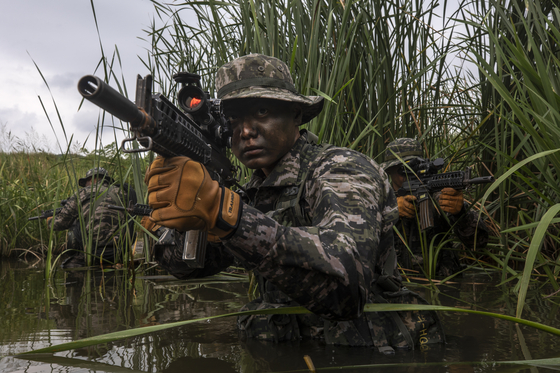해병수색대가 적진을 정찰하는 훈련을 하고 있다. [사진 해병대]