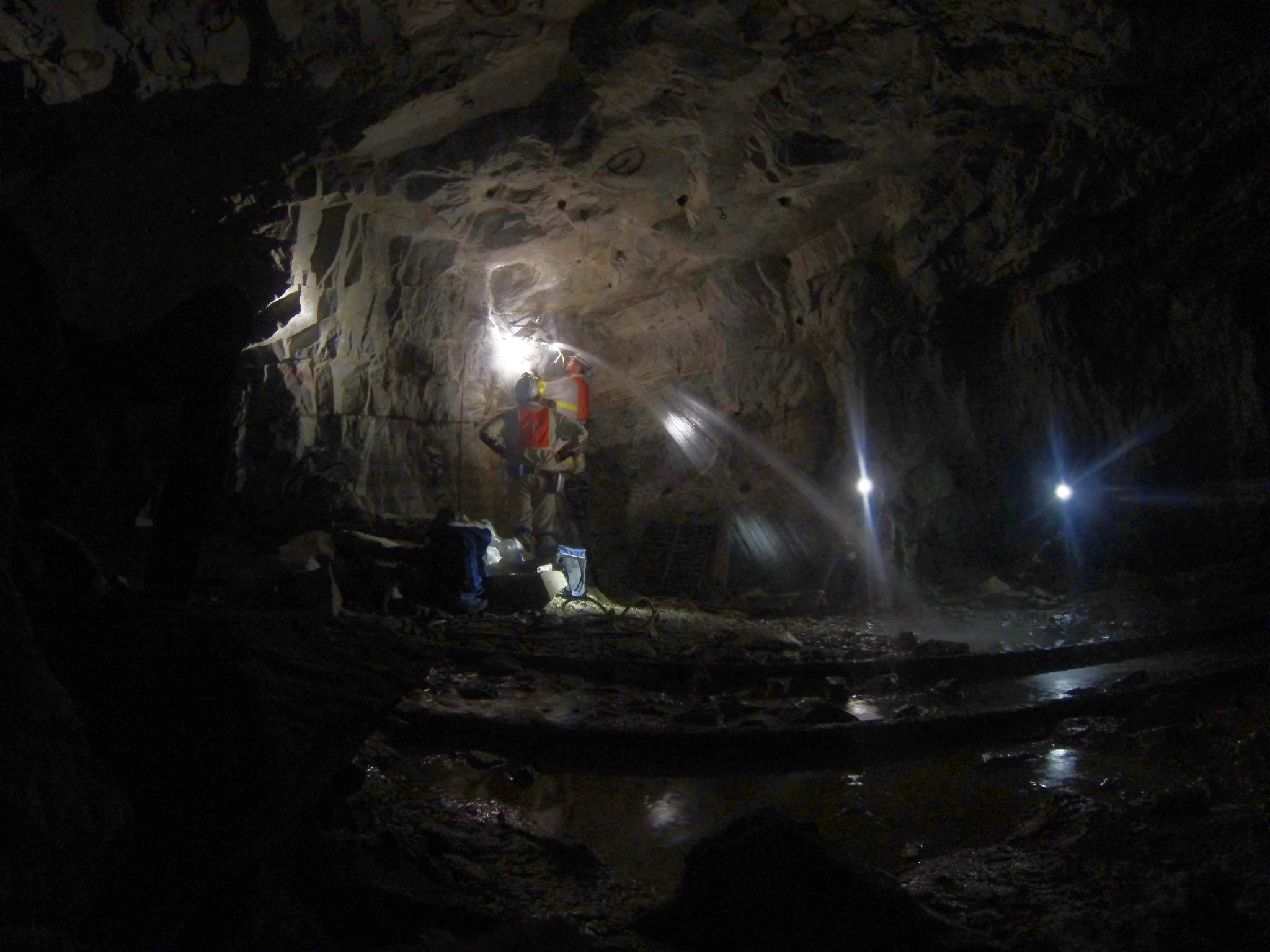 땅속 1.3km 깊이에 있는 남아프리카공화국 비아트릭스 금광에서 시료를 채취하는 연구팀, [사진 심층 탄소 관측팀]
