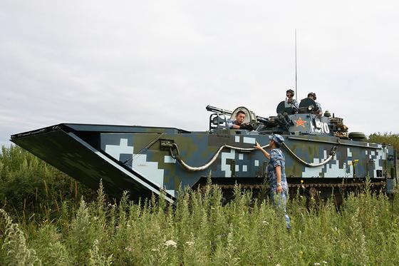 중국 해군 육전대의 양서보병전차(상륙돌격장갑차)인 ZBD-05. [사진 러시아 국방부]