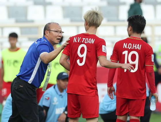 베트남 선수들을 다독이는 박항서 감독(맨 왼쪽). [뉴스1]