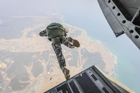 해병수색대가 적진 침투 훈련의 하나로 고공 낙하를 하고 있다. 이처럼 요즘 해병대는 해상 상륙뿐만 아니라 공중 강하 훈련도 열심히 하고 있다. 이게 해병대가 추구하는 공지기동 부대의 모습이다. [사진 해병대]