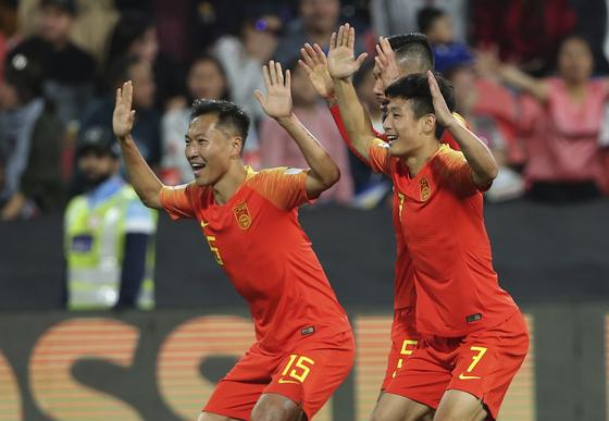 중국 공격수 우레이(오른쪽)가 11일 필리핀과 1차전에서 골을 터트린 뒤 팀동료들과 기뻐하고 있다. [AP=연합뉴스]