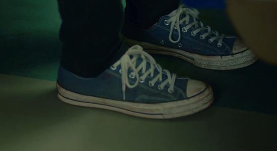 이 장면에서 현빈이 신은 신발은 컨버스 척70이다. [사진 tvN 알함브라 궁전의 추억]
