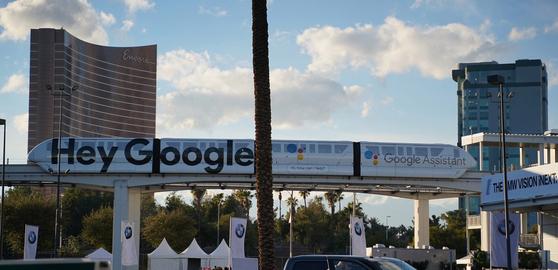구글은 올해에도 CES 2019가 열리는 라스베이거스에 도심형 철도(트램)에 '헤이 구글'이라는 문구의 대형 광고판을 설치했다. 김영민 기자