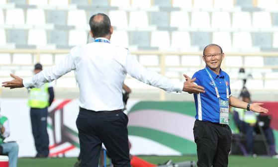 이란의 케이로스 감독과 베트남의 박항서 감독(오른쪽)이 그라운드 밖에서 신경전을 벌이고 있다. [뉴스1]