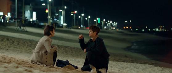 tvN 드라마 '남자친구'의 한 장면. 해변에서 송혜교와 시간을 보낼 때 신은 신발이 컨버스 척70이다. [사진 남자친구 영상캡처]