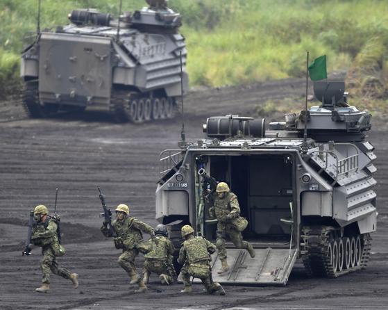 일본 시즈오카(靜岡)현 고텐바(御殿場)시 소재 히가시후지(東富士)연습장에서 8월 26일 열린 자위대 화력훈련에 수륙기동단과 수륙양용차(상륙돌격장갑차)가 참가했다. 수륙기동단이 내린 상장차가 AAV-7이다. [연합뉴스]