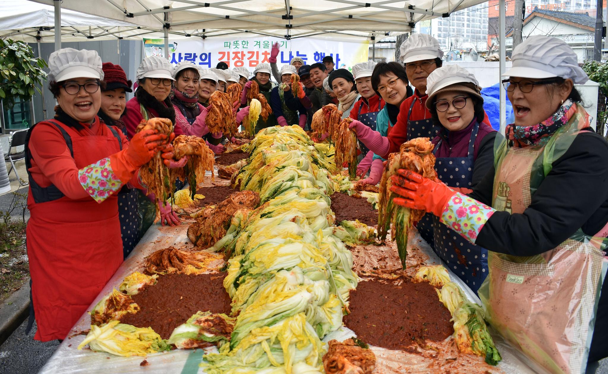 지난달 11일 광주 광산구 도산동에서 활동하는 사회단체 회원들이 사랑의 김장김치 나눔 행사를 열고 있다. 김치도 유산균 등 미생물을 활용한 발효식품이다. [연합뉴스]
