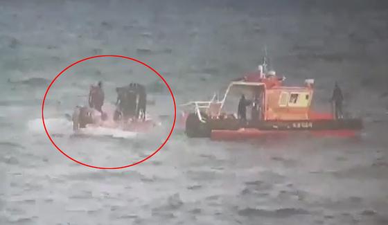 통영해경 관계자들이 11일 오전 5시쯤 경남 통영시 욕지도 남쪽 80㎞ 공해상에서 뒤집힌 낚시어선 무적호(9.77t)를 수색하고 있다. [뉴스1]