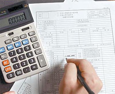 '13월 월급' 연말정산 시즌이 왔다. 연말정산은 영어로 year-end tax settlement, 연말정산으로 돌려받는 세금을 tax rebate라고 한다. [중앙포토]