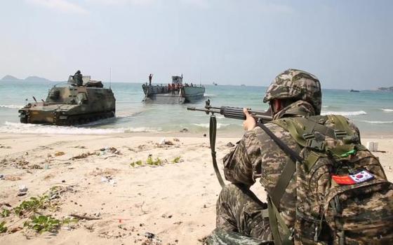 태국에서 열린 코브라골드 훈련에서 해병대원이 상륙부대를 엄호하고 있다. 미 해병대가 주관하는 이 훈련은 가상의 분쟁 발생 지역에 다국적군을 투입해 분쟁을 종식하고 안정화하는 과정을 숙달하기 위해서 연다. [사진 미 해병대]