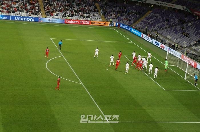 키르기스스탄의 코너킥. 한국 선수 10명 전원이 수비하는 모습.