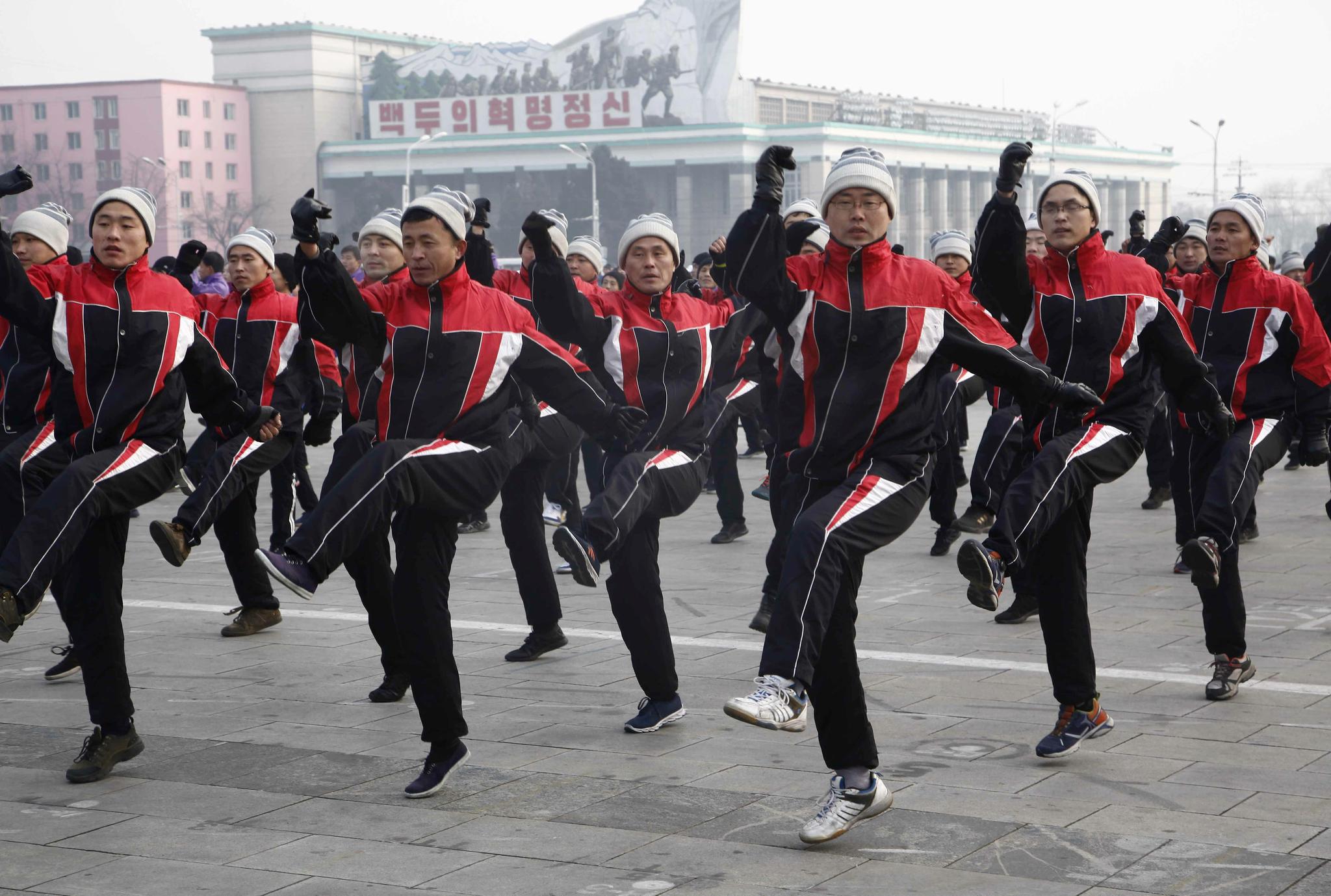 평양 공무원들이 13일 새해 첫 운동의 날을 맞아 김일성광장에서 집단체조를 하고 있다. [AP=연합뉴스]