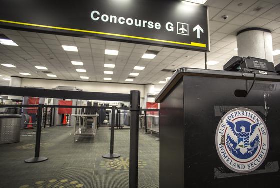 연방정부 셧다운이 장기화하면서 12일(현지시간) 마이애미 공항의 일부 게이트가 문을 닫았다. [EPA=연합뉴스]