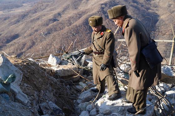 지난달 북한군이 시범 철수ㆍ파괴하기로 한 한국군 GP를 검증하고 있다. 이날 남북은 11곳씩 모두 22곳의 GP를 상호검증했다. [사진 국방부]