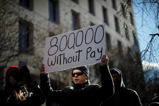 지난 10일(현지시간) 미 연방정부 셧다운으로 생활고에 시달리는 공무원들이 워싱턴에서 시위를 벌이고 있다. [로이터=연합뉴스]