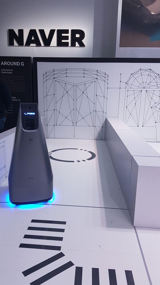 네이버가 개발한 실내용 길찾기 로봇 '어라운드G'가 미국 라스베이거스 CES 부스에 설치된 코스를 주행하고 있다.