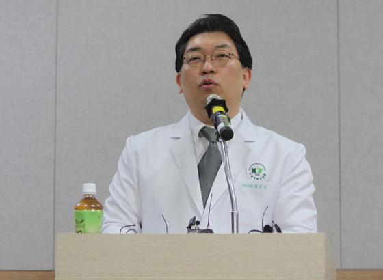 황원민 건양대학교 병원 진료부장이 지난 12일 건양대병원 암센터에서 기자회견을 열고 캄보디아 프놈펜 현지에서 귀국한 학생들의 건강과 심리 상태 등에 대해 설명하고 있다. [연합뉴스]
