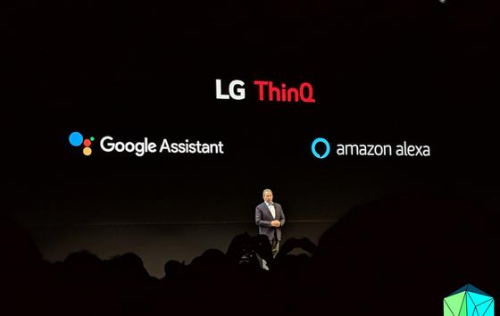 LG는 구글 어시스턴트, 아마존 알렉사 양대 AI 진영에 모두 합류하면서 사물과 사물 간 의사소통 분야에 주력하기로 했다. 사람과 가전 간 소통 대신 가전과 가전의 능동적 연결에 힘을 주겠다는 의도다. 김영민 기자