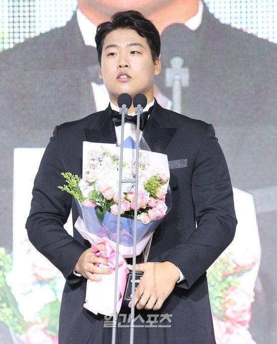 KT 강백호, 연봉 1억2000만원…2년차 역대 최고 연봉 - 일간스포츠