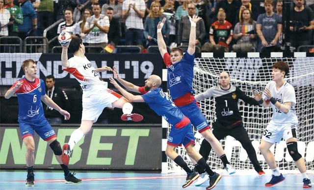 지난 12일 독일 베를린에서 열린 세계남자 핸드볼 선수권대회 한국과 러시아 경기에서 한국의 강탄이 슛을 날리고 있다. 연합뉴스
