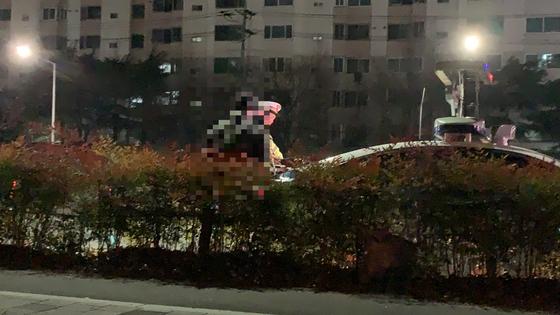 지난 5일 오후 대구 달서구 유천네거리에서 음주운전 단속에 걸린 20대 남성이 경찰에 선처를 호소하고 있다. [중앙포토]