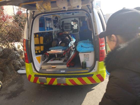 인천 성매매 집결지 옐로하우스 지역에서 철거 용역 직원에게 폭행 당한 70대 남성이 구급차를 타고 이송되고 있다. [사진 독자 제공]