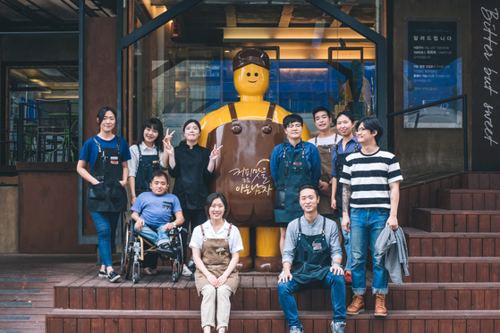 대구 로컬 카페 브랜드인 '커피맛을 조금 아는 남자'. 직원들과 김현준 대표가 본점 앞에서 사진을 찍었다.[사진 커피맛을 조금 아는 남자]