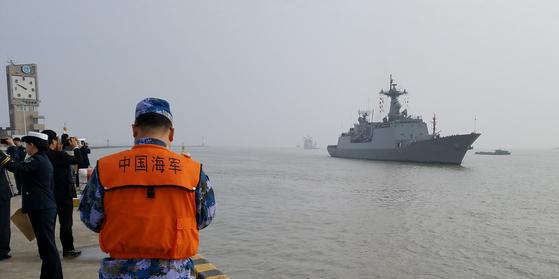 14일 오전 해군 순항훈련전단의 마지막 기항지인 중국 상하이의 우쑹(吳淞) 인민해방군 해군항 부두에서 중국해군과 교민들이 충무공이순신함을 기다리고 있다. [해군 제공]