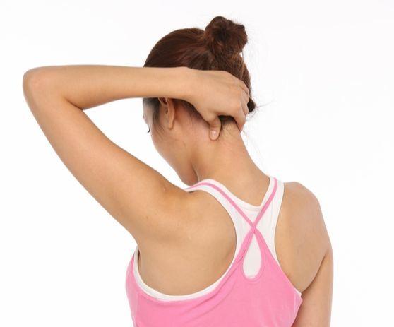 목의 자세가 안 좋으면 대부분 승모근이라 불리는 근육에서 먼저 통증을 느끼게 된다. 이곳의 피로를 방치하면 승모근 전체가 당겨 날개뼈까지 아프게 된다. [사진제공=청림Life]