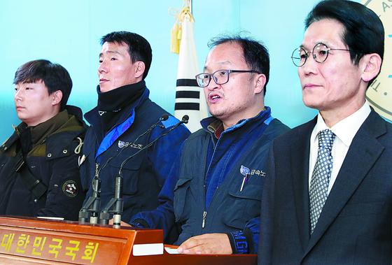 윤소하(오른쪽) 의원과 한국GM 노조원이 27일 국회에서 비정규직의 고용 보장을 촉구하고 있다. [뉴시스]