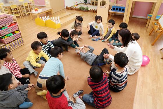 서울 흑석동 중대부속유치원에서유치원생들이 음악 수업 활동을 하고 있다. 우상조 기자