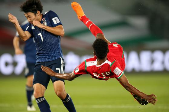오버헤드킥을 시도하는 오만의 살레. 오만은 아시아의 강호 일본에 0-1로 졌다. [EPA=연합뉴스]